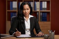 Abogado de sexo femenino indonesio Foto de archivo libre de regalías
