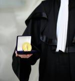 Abogado desgastando un traje llevando a cabo MEDA de la justicia Imagenes de archivo
