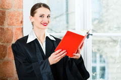 Abogado en libro de ley de la lectura de la oficina Fotografía de archivo