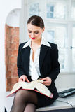 Abogado en libro de ley de la lectura de la oficina Imágenes de archivo libres de regalías