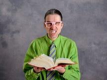 Abogado enojado con el libro de estatuto y los vidrios rosados fotos de archivo libres de regalías