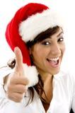 Abogado feliz en sombrero de la Navidad con los pulgares para arriba Imagen de archivo libre de regalías