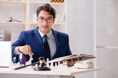 Abogado joven que juega a ajedrez para entrenar a su estrategia y tacti de la corte fotografía de archivo libre de regalías