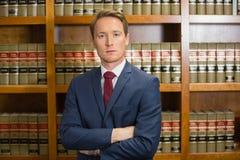 Abogado que frunce el ceño en la biblioteca jurídica Fotografía de archivo