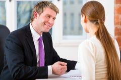 Abogado y cliente en oficina