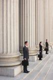 Abogados que esperan en pasos del tribunal fotos de archivo libres de regalías