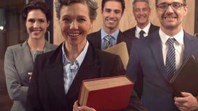 Abogados sonrientes que llevan a cabo documentos