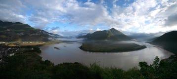 aboient la première ville le Yang Tsé Kiang de shigu de fleuve Photographie stock