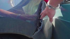 Abollado durante el parachoques trasero del accidente del coche azul almacen de metraje de vídeo