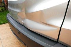 Abolladura de menor importancia en la puerta posterior del coche debido al accidente imágenes de archivo libres de regalías