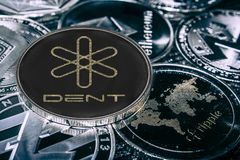 Abolladura del cryptocurrency de la moneda contra los alitcoins principales s?mbolo del bifinex foto de archivo libre de regalías