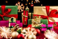 Abondance des cadeaux de Noël en rouge, l'or et le vert Images stock