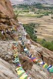 Abondance des drapeaux bouddhistes colorés de prière sur le Stupa Images libres de droits