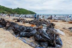 Abondance des grands sacs qui contiennent de pétrole brut image libre de droits