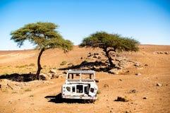 Abonded del coche del camino en el desierto del Sáhara Imagen de archivo