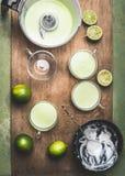 Abone el yogur con cal que hace en fondo rústico de la tabla de cocina Fotos de archivo libres de regalías