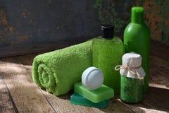 Abone la composición de la menta con cal de los productos del threatment de la belleza en colores verdes en fondo de madera marró Fotografía de archivo