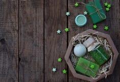 Abone la composición de la menta con cal de los productos del threatment de la belleza en colores verdes en fondo de madera marró Imágenes de archivo libres de regalías
