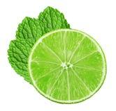 Abone la rebanada con cal con las hojas de menta aisladas en el fondo blanco Imagen de archivo