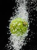 Abone (limón) caer con cal en agua en negro Imagen de archivo libre de regalías