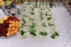 Abone y acuñe la bebida con cal en los bocals para el abastecimiento de la boda Imagen de archivo libre de regalías