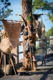 Aborigen de Guanchi que permanece el árbol cercano y que ofrece hacer las fotos con él foto de archivo libre de regalías