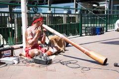 Aborigin führte ihre Musik an Sydney-Hafen in Sydney, Australien durch stockfotografie
