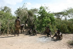 aborigina africa som stiger ned den tanzania stammen Arkivfoton