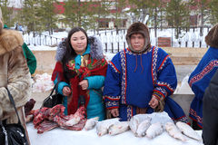Aboriginer av Sibirien handel i fisk och kött Royaltyfri Foto