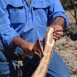 Aboriginer som bygger en bumerang Arkivbilder