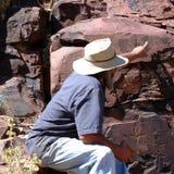 Aboriginer som förklarar historien av Iga Warta, vaggar Royaltyfria Foton