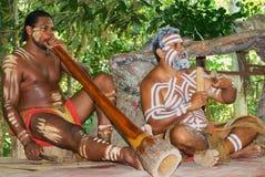 Aboriginerskådespelare utför musik med traditionella instrument i Tjapukaien som kultur parkerar i Kuranda, Queensland, Australie arkivbilder