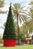 Aborygeny wokoło dekorującej choinki w Alice Springs, Australia obrazy royalty free