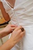 Abotoadura acima de um vestido de casamento imagem de stock