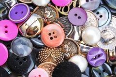 Abotona el fondo Textura brillante coloreada del botón de la ropa Papel pintado de costura coloreado del concepto del modelo de l Imagen de archivo libre de regalías