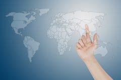 Abotone la pantalla y el dedo de la correspondencia de mundo que empujan la correspondencia Fotografía de archivo