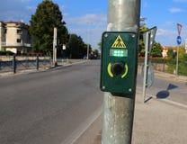 Abotone para activar la luz verde en el paso de peatones fotos de archivo