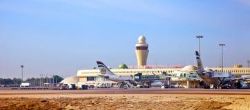 ABOU DABI, ARABE UNI EMIRATES-FEB.17 : Avions pendant le chargement à Image stock