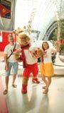 ABOU DABI, EAU - 20 AOÛT 2014 : Monde de Ferrari à l'île de Yas en Abu Dhabi Rétros voitures légendaires Ferrari Photographie stock libre de droits