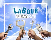 Abour天概念, 5月1日,一个技工人的手拿着仪器有蓝天和云彩背景 免版税图库摄影