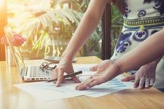 Above widok biznesowego spotkania dicuss pieniężnych dane rocznik Fotografia Stock