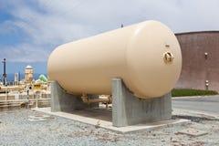 Aboveground lagringsbehållare på ett avloppsvattenreningsverk Royaltyfri Bild