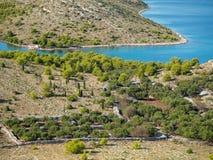 Aboyez avec ancrer des yachts, au milieu du pair de ressortissant de Kornati Photo stock