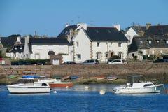 Aboyez avec des bateaux et des maisons sur le rivage image stock