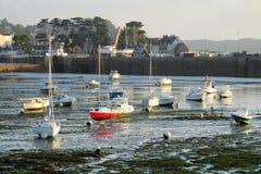 Aboyez avec des bateaux et des maisons sur le rivage images stock