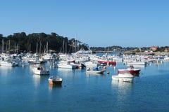 Aboyez avec des bateaux et des maisons sur le rivage photo stock
