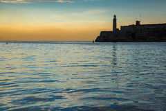 Aboyez avec le château d'EL Morro à La Havane, Cuba Photo libre de droits