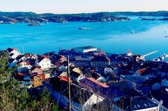 Aboyez avec un vieux port au-dessus du fjord Image libre de droits
