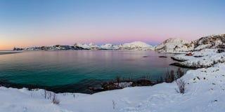 Aboyez sur l'île de Kvaloya après crépuscule, Norvège Image stock