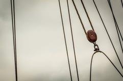 Abrégé sur aventure de navigation avec les lignes et la poulie photographie stock libre de droits